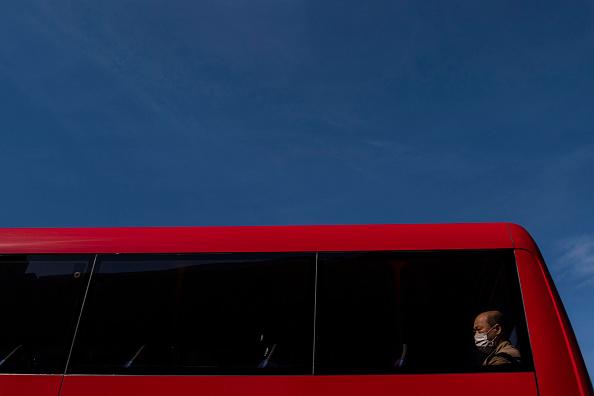Bus「Britons Adjust To Eased Coronavirus Lockdown, Now In Ninth Week」:写真・画像(4)[壁紙.com]