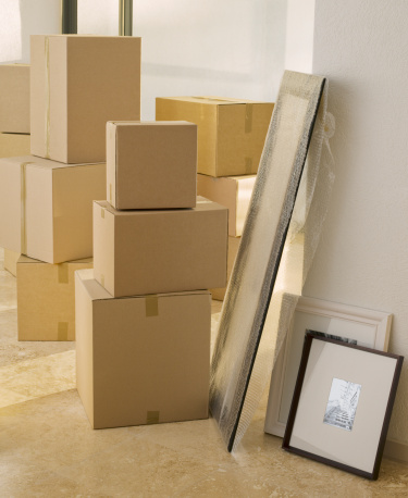 Casual Clothing「Cardboard boxes and pictures in new house」:スマホ壁紙(2)