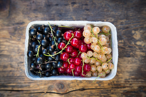 Black currant「Cardboard box of black, red and white currants」:スマホ壁紙(8)