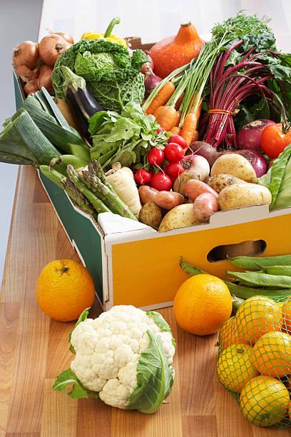 Cardboard box of assorted vegetables on kitchen counter:スマホ壁紙(壁紙.com)