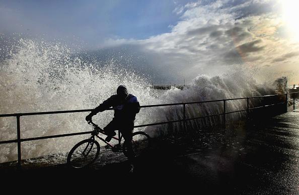 波「Huge Storm Surge Threatens Britain's Flood Defences」:写真・画像(10)[壁紙.com]