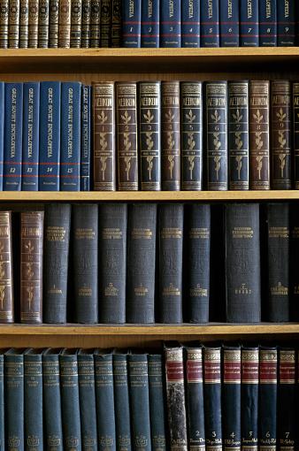 In A Row「Books on shelves」:スマホ壁紙(17)