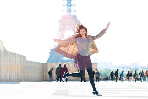 ファッションモデル「幸福女性をジャンピング、ツアーエッフェル」:スマホ壁紙(1)