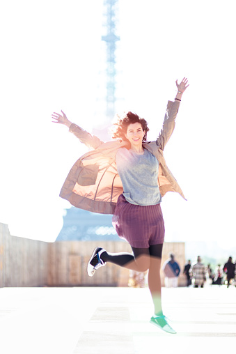 ファッションモデル「幸福女性をジャンピング、ツアーエッフェル」:スマホ壁紙(4)