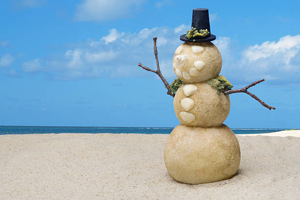 Snowman figure on beach:スマホ壁紙(壁紙.com)