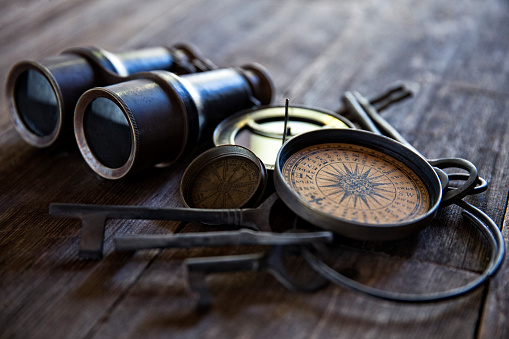 Binoculars「Antique Compasses Keys and Binoculars on Old Wood」:スマホ壁紙(18)
