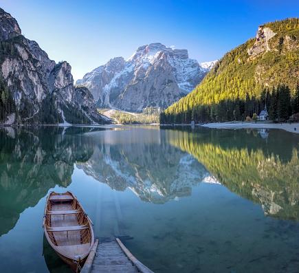 アディジェ川「Lone Boat at Sunrise at UNESCO World Heritage Lake Braies」:スマホ壁紙(3)