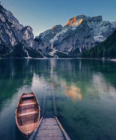 アディジェ川「Lone Boat at Sunrise at UNESCO World Heritage Lake Braies」:スマホ壁紙(0)