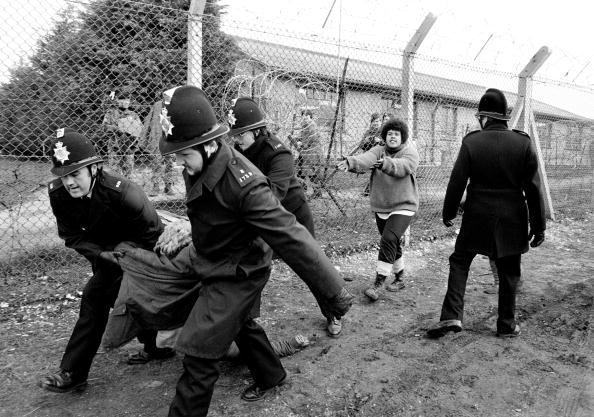 Tom Stoddart Archive「Arrest At Greenham Common」:写真・画像(13)[壁紙.com]