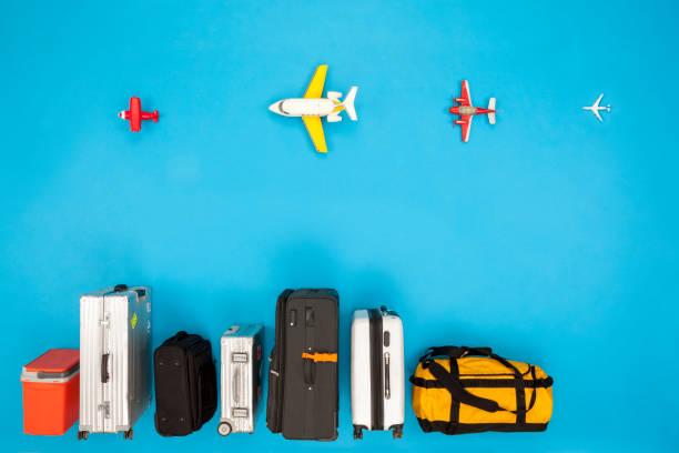 Row of luggage with airplanes:スマホ壁紙(壁紙.com)