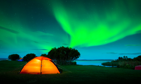 Tent「Colorful aurora boreal in green and blue over Iceland」:スマホ壁紙(3)