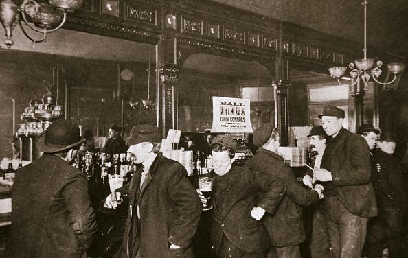 リラクゼーション「Customers Drinking In A Bar In The Bowery New York City USA 1900s」:写真・画像(9)[壁紙.com]