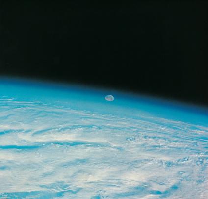 月「The moon settling over Earths limb」:スマホ壁紙(1)