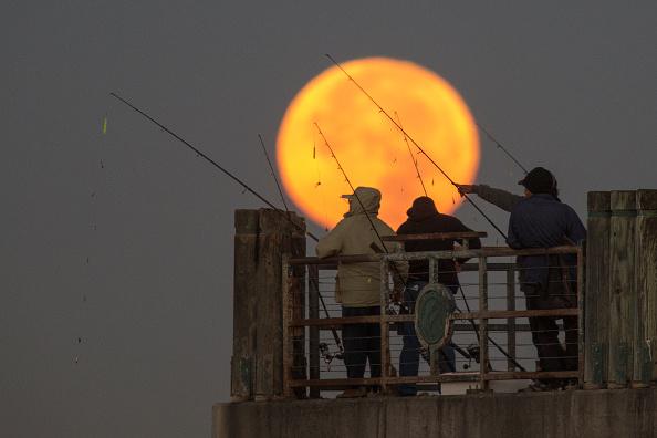 "Orbiting「Massive ""Super Moon"" Rises Over U.S.」:写真・画像(17)[壁紙.com]"