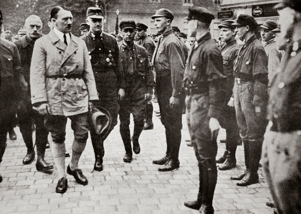 Looking Over「Hitler Inspecting A Group Of SA Members During World War II Germany 1939-1945」:写真・画像(16)[壁紙.com]