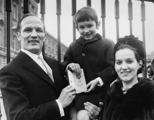 Henry Cooper「Cooper Family With OBE」:写真・画像(1)[壁紙.com]