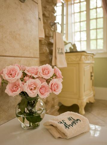 花瓶「Roses in bathroom」:スマホ壁紙(17)