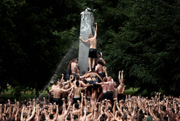 Naval Academy Freshman Climb Greased Monument In Annual Rite Of Finishing First Year:ニュース(壁紙.com)