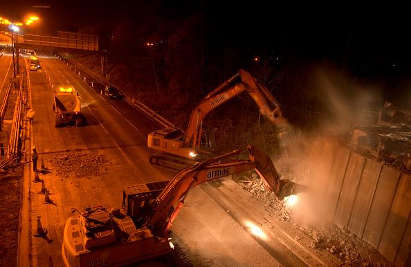 Dust「Roadwork at night on motorway」:写真・画像(4)[壁紙.com]