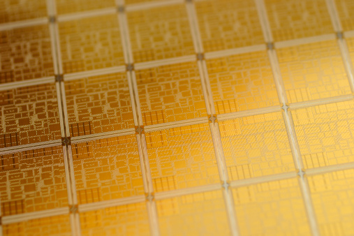 Wafer「Close-up view of chip wafer with regular pattern in gold」:スマホ壁紙(12)