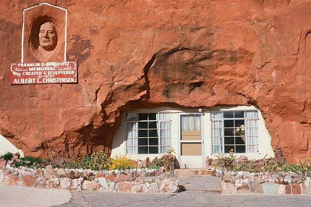 """""""House built inside of a boulder and Franklin D. Roosevelt Memorial, UT"""":スマホ壁紙(壁紙.com)"""
