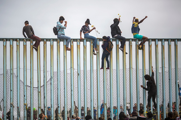 アメリカ合衆国「Migrants In Caravan That Travelled Through Mexico Attempt To Be Granted Asylum At U.S. Border」:写真・画像(5)[壁紙.com]