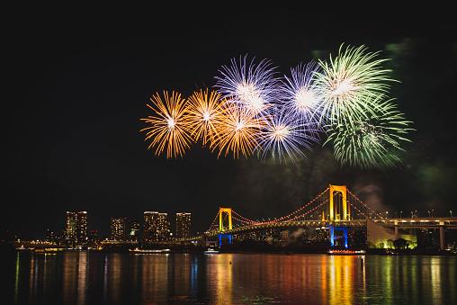 花火「Japan, Tokyo, Odaiba, fireworks above the Rainbow Bridge」:スマホ壁紙(11)