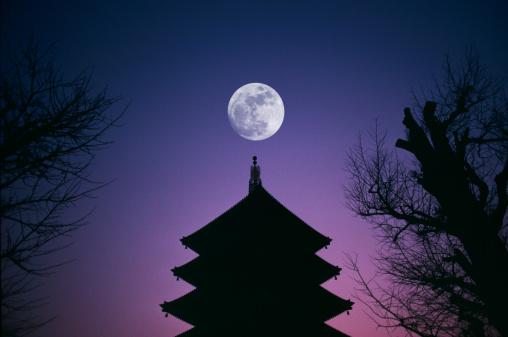 月「Japan, Tokyo, full moon over Asakusa temple」:スマホ壁紙(6)