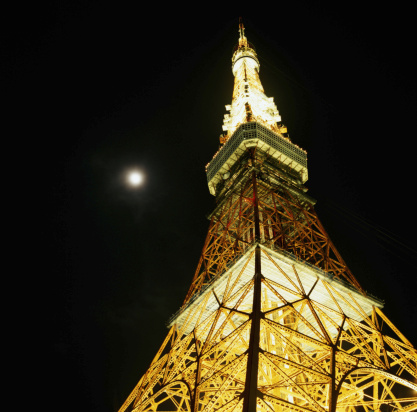 Tokyo Tower「Japan, Tokyo Tower at night with moon shining above, view from below」:スマホ壁紙(4)