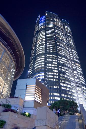 Minato Ward「Japan, Tokyo, Mori Building illuminated at night, low angle view」:スマホ壁紙(1)