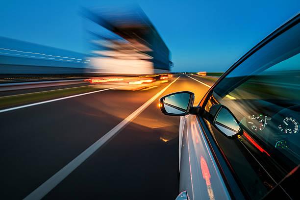 高速道路を車:スマホ壁紙(壁紙.com)