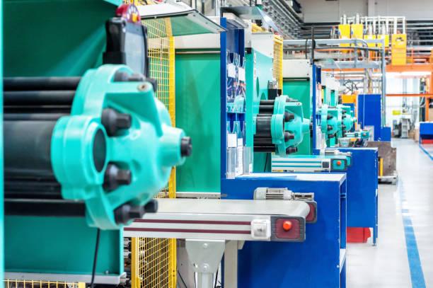 Powerful molding machinery in factory:スマホ壁紙(壁紙.com)
