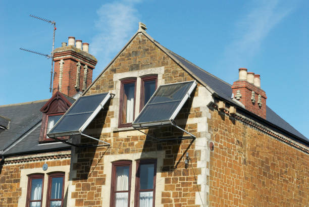 Solar panels erected on a frame to face southwards from a wall of a house, Kings Lynn, Norfolk, UK:ニュース(壁紙.com)