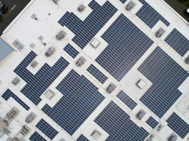 Solar panels on commercial roof:スマホ壁紙(壁紙.com)
