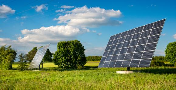 田畑「Solar panels in a field」:スマホ壁紙(13)