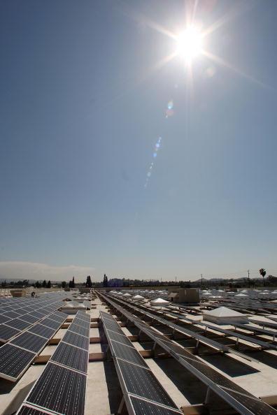 Rooftop「Schwarzenegger Tours Solar Panel Roof Of A Sam's Club」:写真・画像(16)[壁紙.com]