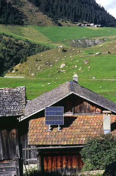 縦位置「Solar panels on a Swiss farm house near Sedrun in the Gotthard area」:写真・画像(1)[壁紙.com]
