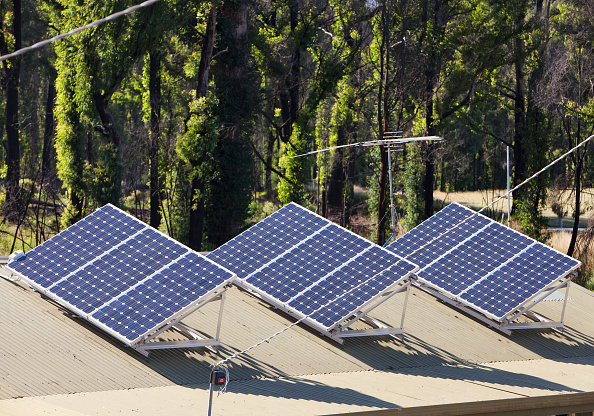 Solar Panel「Solar panels on a house roof in Kinglake, Victoria, Australia.」:写真・画像(18)[壁紙.com]