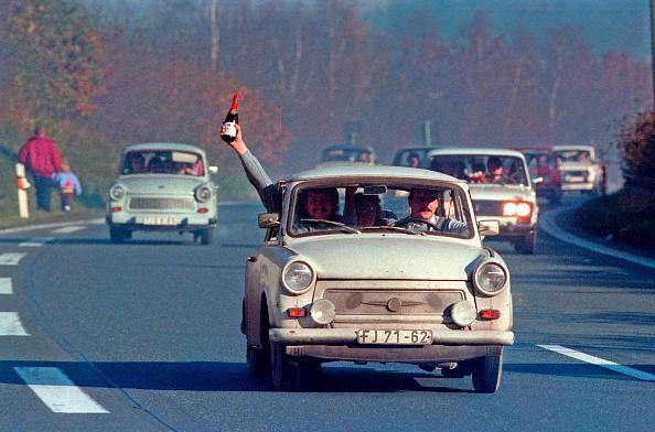 East「East Germans Cross Border」:写真・画像(0)[壁紙.com]