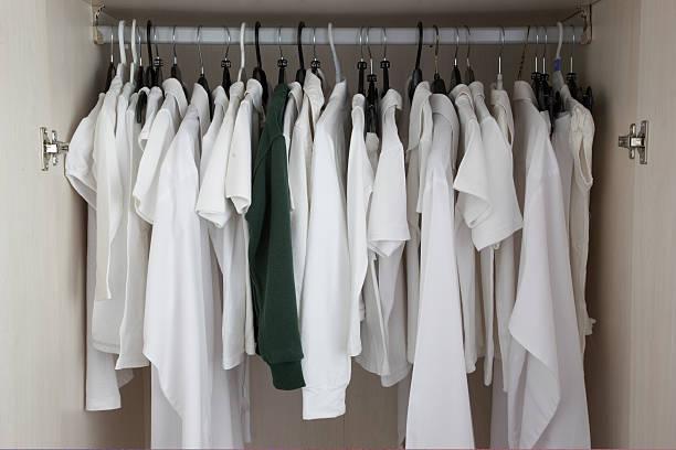 white clothes in cupboard, one green:スマホ壁紙(壁紙.com)