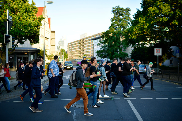 Mobile Phone「Pokemon GO Enthusiasts Play In Hanover」:写真・画像(14)[壁紙.com]