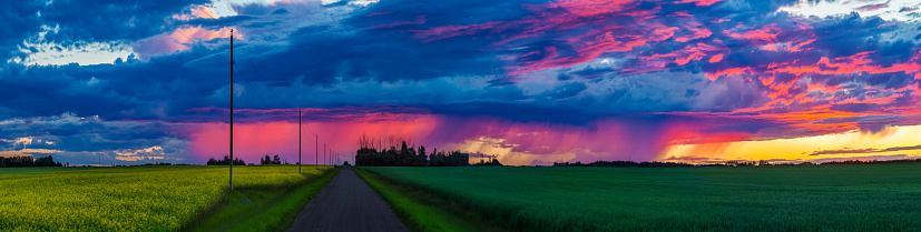cloud「Dramatic colourful sky at sunset over green farmland and a country road」:スマホ壁紙(19)
