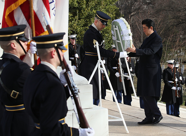 flower「Japanese PM Shinzo Abe Lays A Wreath At Tomb Of The Unknown Soldier」:写真・画像(17)[壁紙.com]