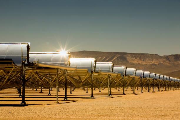 Rows of solar panels in desert:スマホ壁紙(壁紙.com)