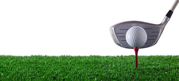 Golf Swing「Golf club next to golf ball on red tee on grass」:スマホ壁紙(6)