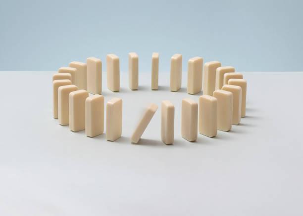 Dominoes in a circle, one falling.:スマホ壁紙(壁紙.com)