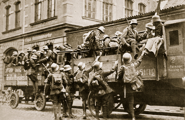 クライミング「SA Troops Climbing Into Trucks Germany circa 1926」:写真・画像(14)[壁紙.com]