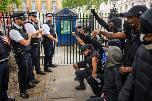 Kneeling「Black Lives Matter Movement Inspires Protest In London」:写真・画像(1)[壁紙.com]