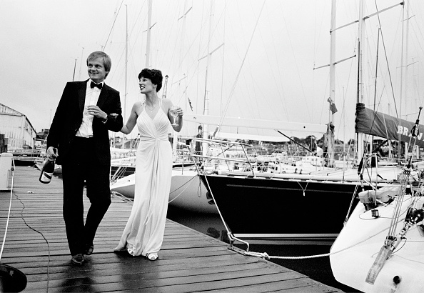 Elegance「UK, Isle of Wight, Cowes, couple in evening dress walking past yachts」:写真・画像(11)[壁紙.com]