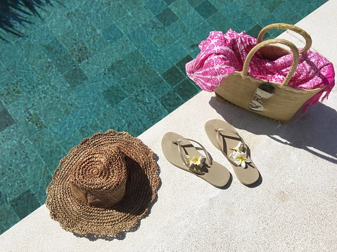 Flip-Flop「Flip-flops and a basket with summer accessories by a swimming pool」:スマホ壁紙(1)